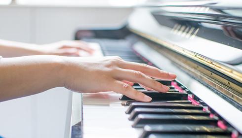 写真:人の手 ピアノ